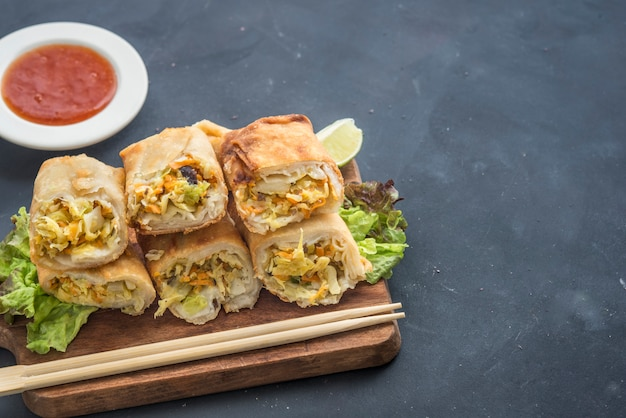 Comida tradicional chinesa frita rolinhos primavera Foto Premium