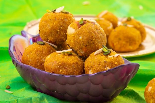 Comida tradicional indiana de inverno doce methi laddu Foto Premium