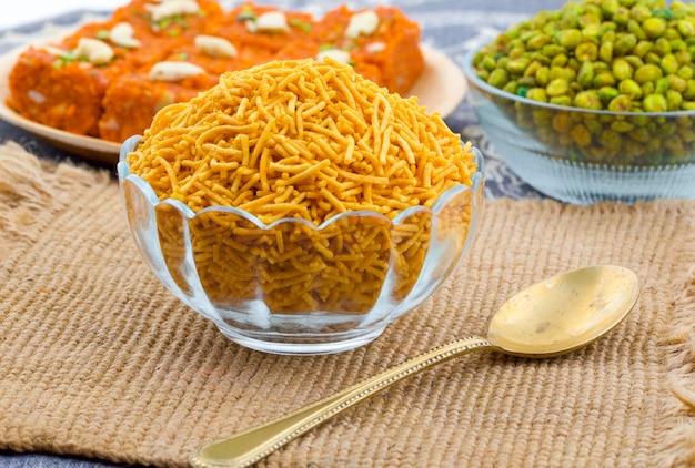 Comida tradicional indiana namkeen bikaneri sev Foto Premium