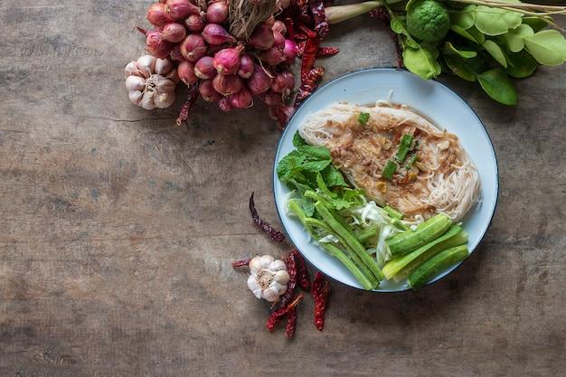 Comida tradicional tailandesa, macarrão e ingredientes de cozinha Foto Premium