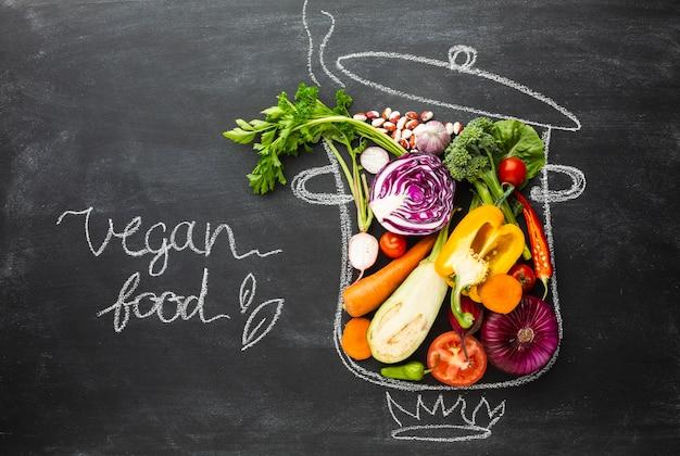 Comida vegan em panela de giz Foto gratuita