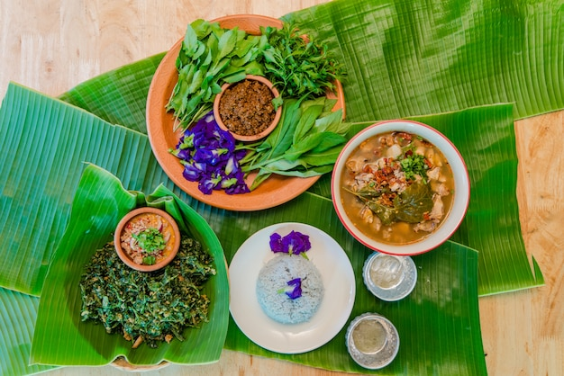 Comida vegetal na mesa Foto Premium