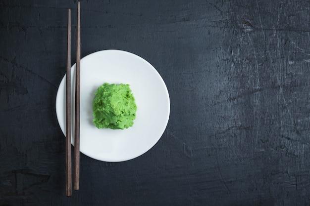 Comida wasabi do japão em fundo preto Foto Premium