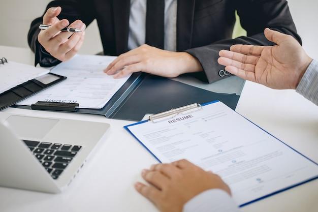 Comitê ou recrutador segurando lendo um currículo durante sobre coloquio o perfil dele do candidato Foto Premium