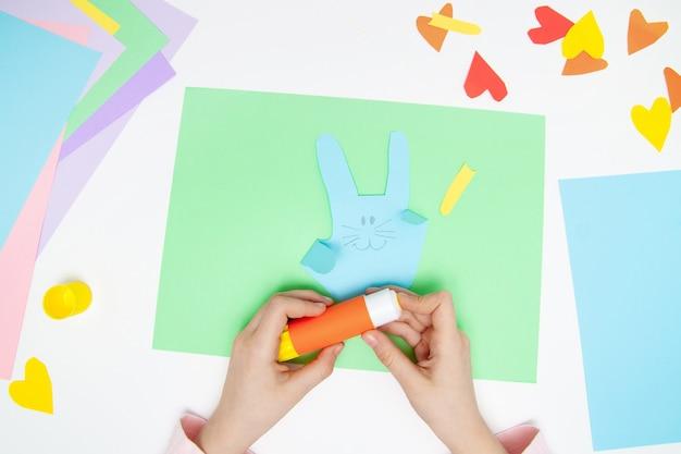 Como fazer coelho de papel para saudações de páscoa e diversão Foto Premium