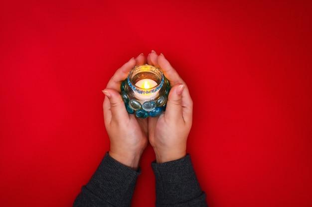 Como fazer seu próprio candlestick de vidro desnecessário ou plástico e pedras de vidro. Foto Premium