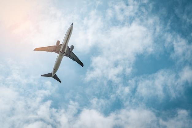 Companhia aérea comercial. o avião comercial decola no aeroporto com lindo céu azul e nuvens brancas. saindo do vôo. comece a jornada ao exterior. férias. viagem alegre. avião voando no céu brilhante. Foto Premium