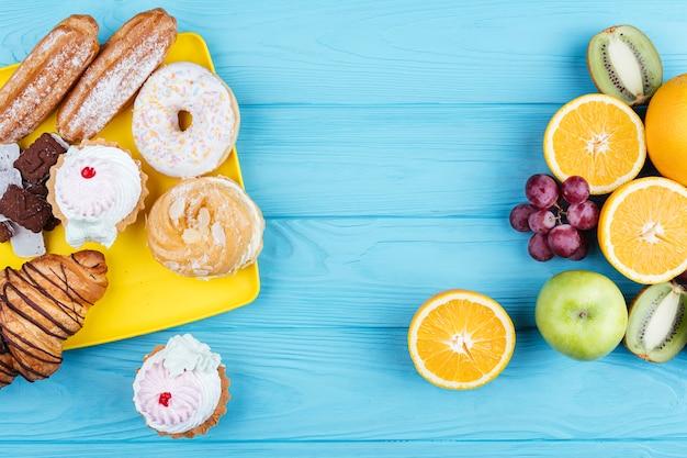 Comparação entre frutas e doces Foto gratuita