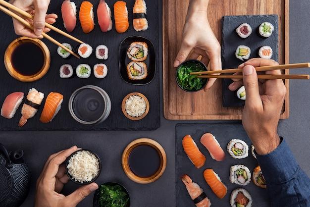Compartilhar e comer sushi Foto Premium