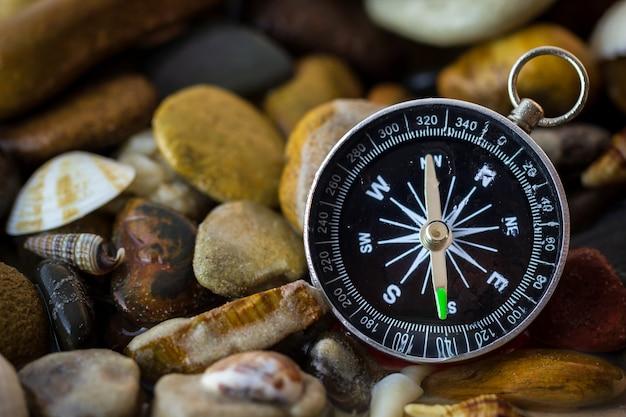 Compasso nos seixos e shell na beira-rio. Foto Premium