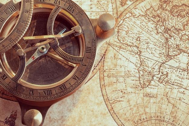 Compasso velho sobre o mapa antigo Foto Premium