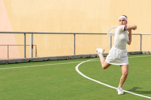 Competição de partida do jovem tenista Foto gratuita