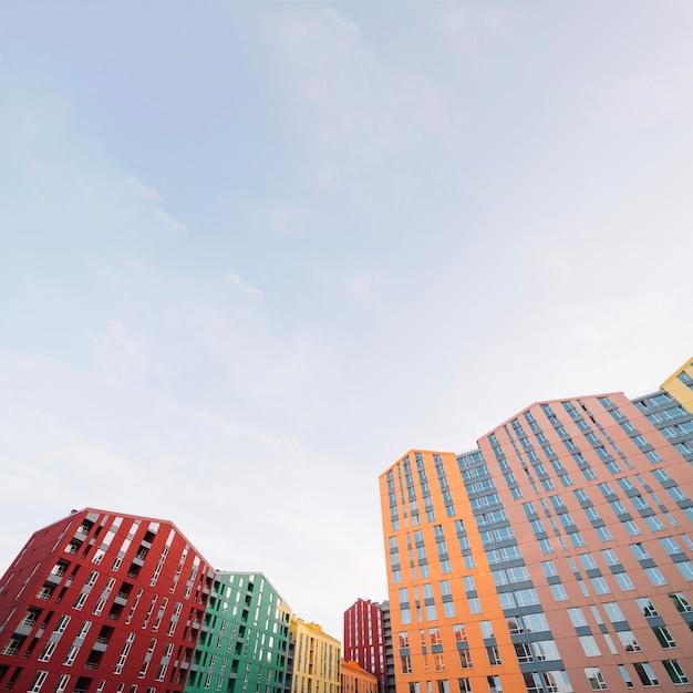 Complexo residencial com edifícios contemporâneos Foto gratuita
