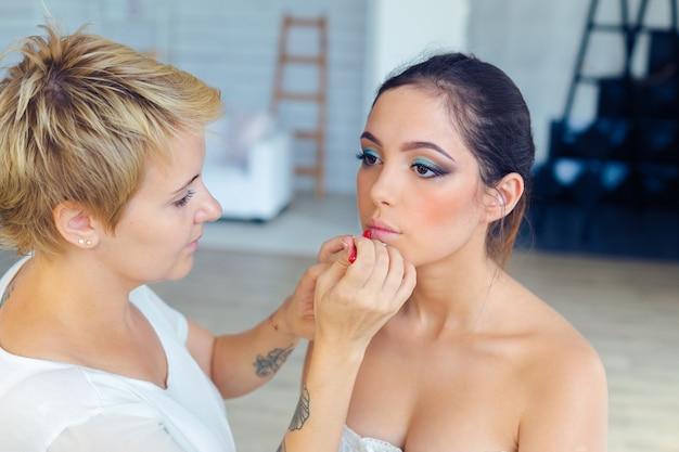 Compõem o artista fazendo maquiagem profissional de jovem Foto Premium