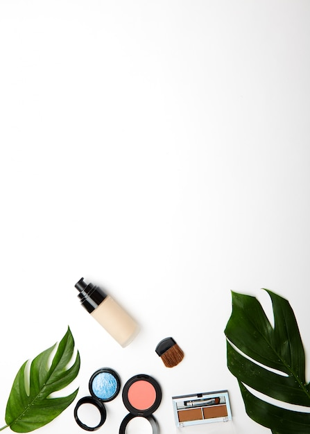 Compõem produtos e pincéis em branco Foto Premium