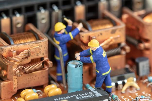 Componente de dispositivo eletrônico de manutenção de pessoas em miniatura. Foto Premium