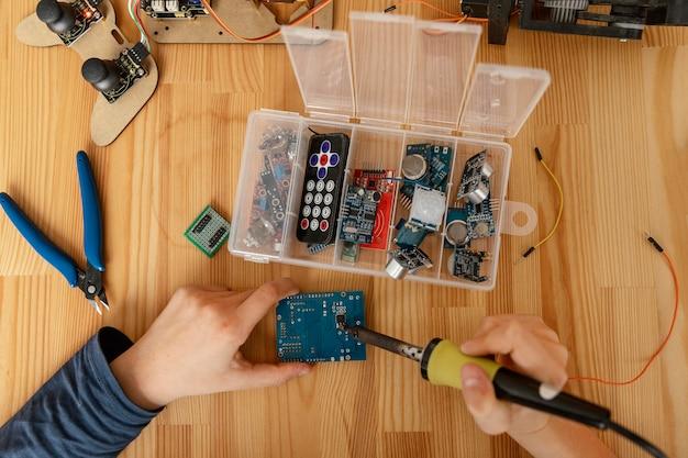 Componentes da vista superior para fazer um robô Foto gratuita