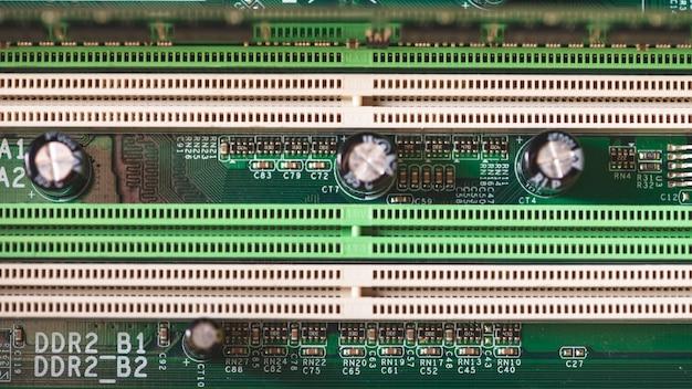 Componentes eletrônicos na placa-mãe moderno computador pc com slot de conector ram Foto gratuita