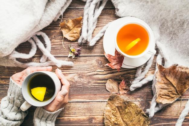 Composição com chá de outono e café na mesa Foto gratuita