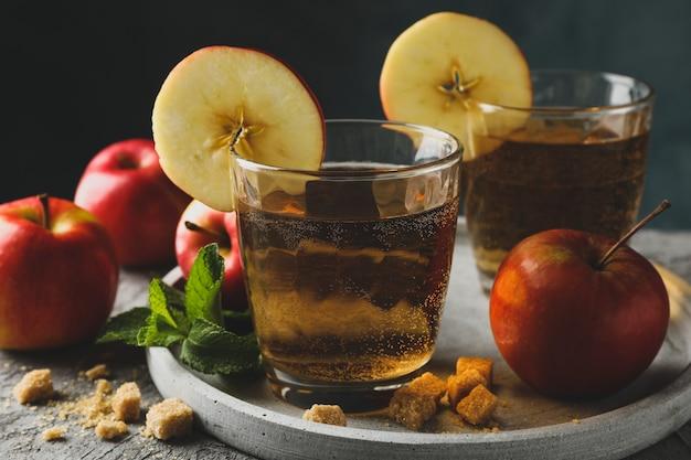 Composição com cidra, açúcar e maçãs na mesa cinza Foto Premium