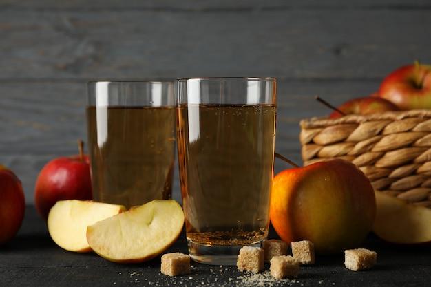 Composição com cidra, açúcar e maçãs na mesa de madeira Foto Premium