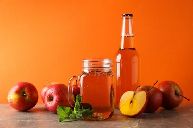 Composição com cidra e maçãs na mesa cinza Foto Premium