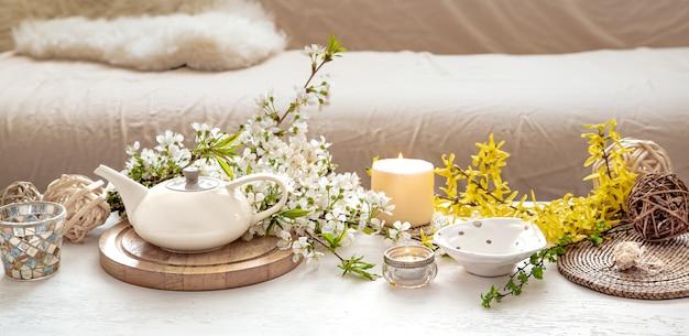 Composição com flores da primavera no interior. Foto gratuita