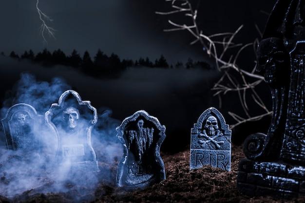 Composição com lápides na colina Foto gratuita