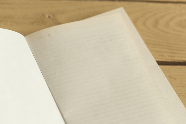 Composição com livros na mesa Foto Premium