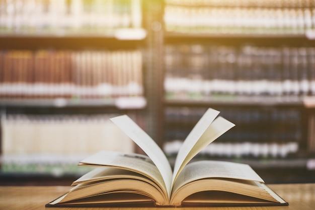 Composição com livros, na tabela de madeira da plataforma e no fundo da biblioteca. Foto Premium