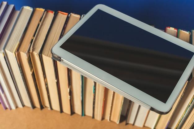 Composição com livros sobre a mesa Foto Premium