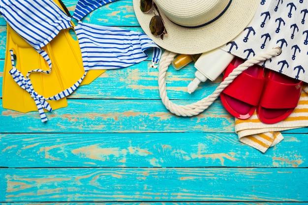 Composição com maiô na cor de fundo de madeira Foto Premium