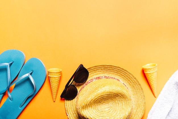 Composição com objetos de praia em plano de fundo multicolorido Foto gratuita