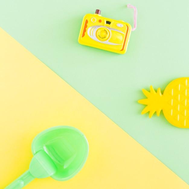 Composição com objetos de verão no fundo multicolorido Foto gratuita