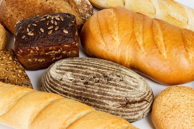 Composição com pão e pãezinhos close-up Foto Premium