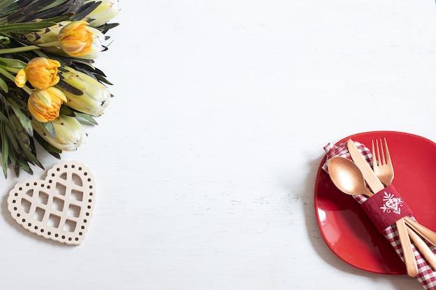 Composição com prato e talheres para um jantar romântico e elementos decorativos vista superior do dia dos namorados. conceito de namoro. Foto gratuita
