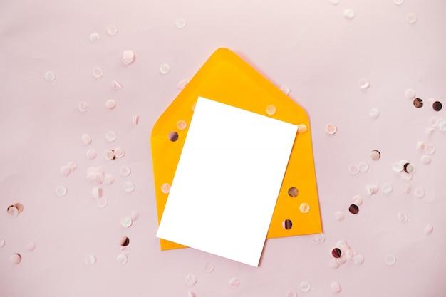Composição criativa com envelope de papel em branco e amarelo ofício na sobrecarga de mesa preto para casamento plana leigos Foto Premium
