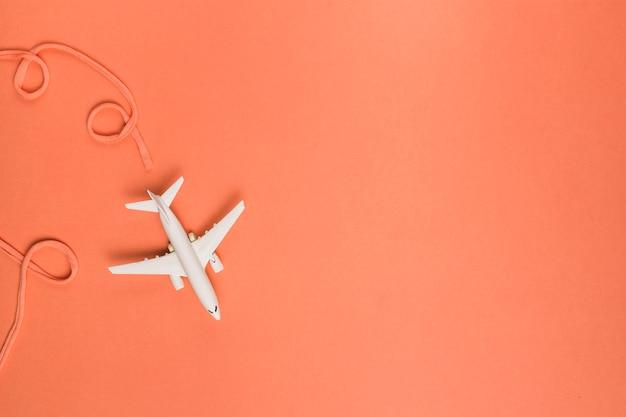 Composição da companhia aérea de algodão atrás do jato de brinquedo Foto gratuita