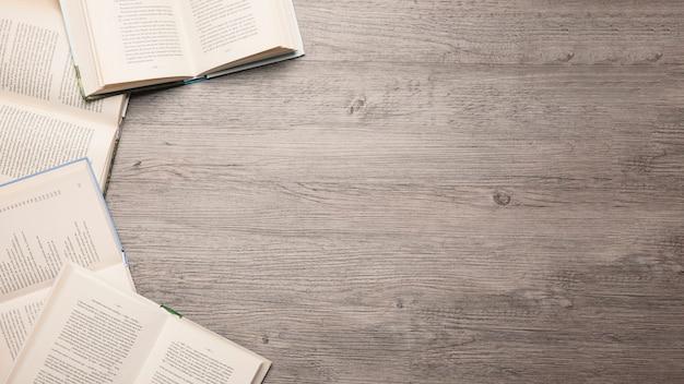 Composição da literatura com espaço à direita Foto gratuita