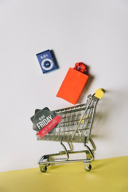 Composição da sexta-feira negra com produtos no carrinho de compras Foto gratuita