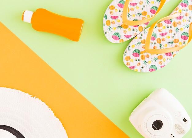 Composição de acessórios de verão em fundo colorido Foto gratuita