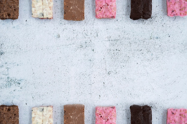 Composição de alimentos saudáveis com barras de proteína Foto gratuita
