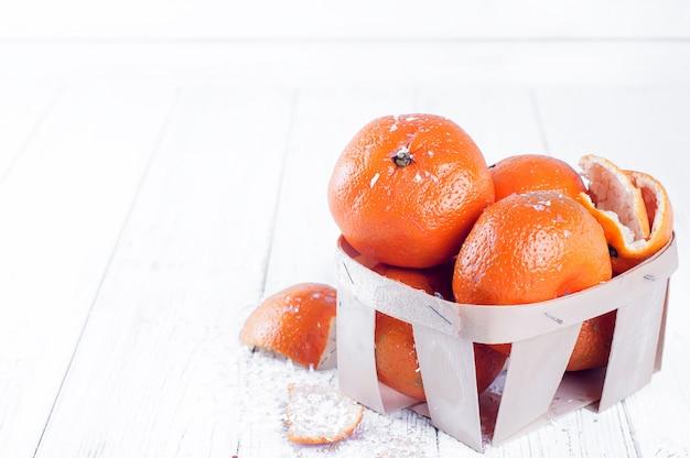 Composição de ano novo na cesta com mandarins Foto Premium