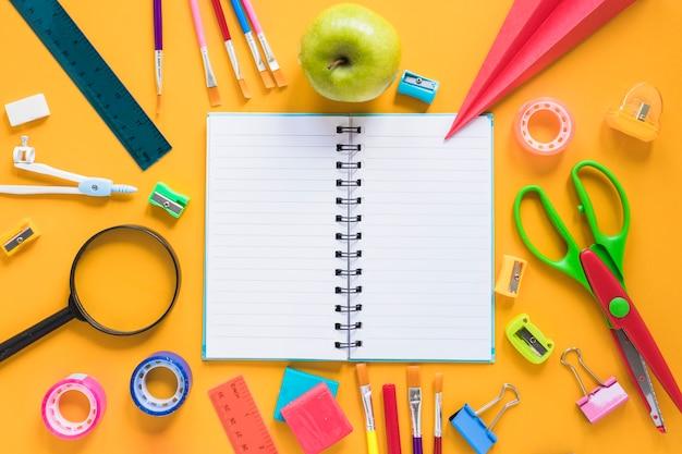 Composição de artigos de papelaria para estudar na escola Foto gratuita
