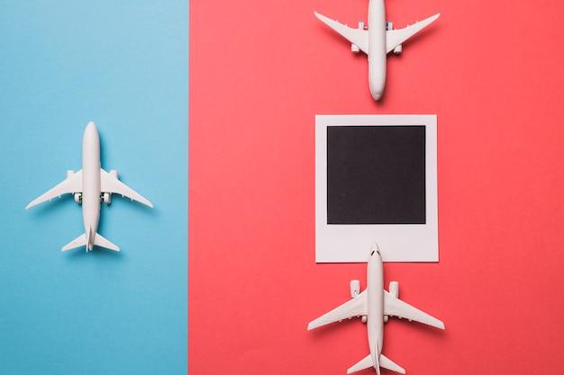 Composição de aviões de brinquedo e quadro instantâneo Foto gratuita
