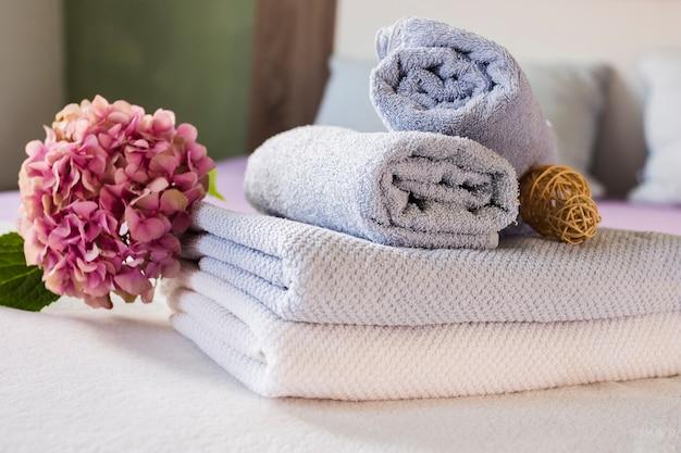 Composição de banho com flores e toalhas Foto gratuita