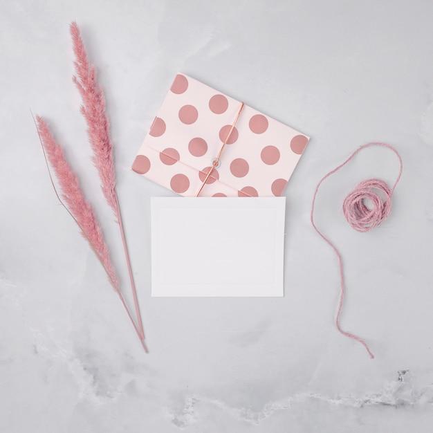 Composição de casamento vista superior com convites minimalistas Foto gratuita