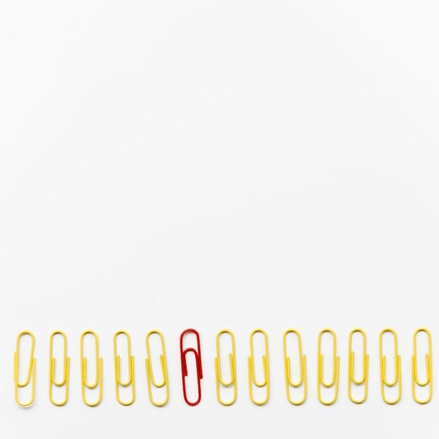 Composição de clipes de papel em fundo branco, com espaço de cópia Foto gratuita