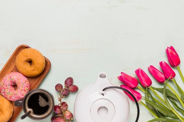 Composição de coffee break com tulipas Foto gratuita