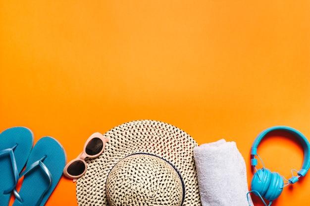 Composição de coisas de verão no fundo brilhante Foto gratuita
